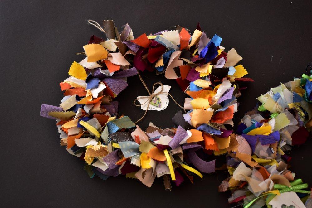 Υφαντό διακοσμητικό στεφάνι από ανακυκλώσιμα υλικά